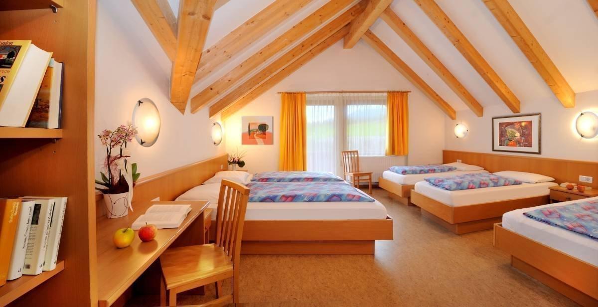 Hell und freundlich empfangen Sie die geräumigen Einzel-, Doppel- und Mehrbettzimmer