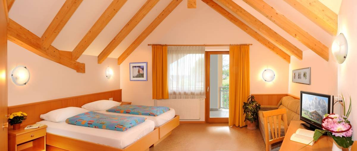 An overnight stay at the group hotel: bright and cosy rooms at the Sonnenhof